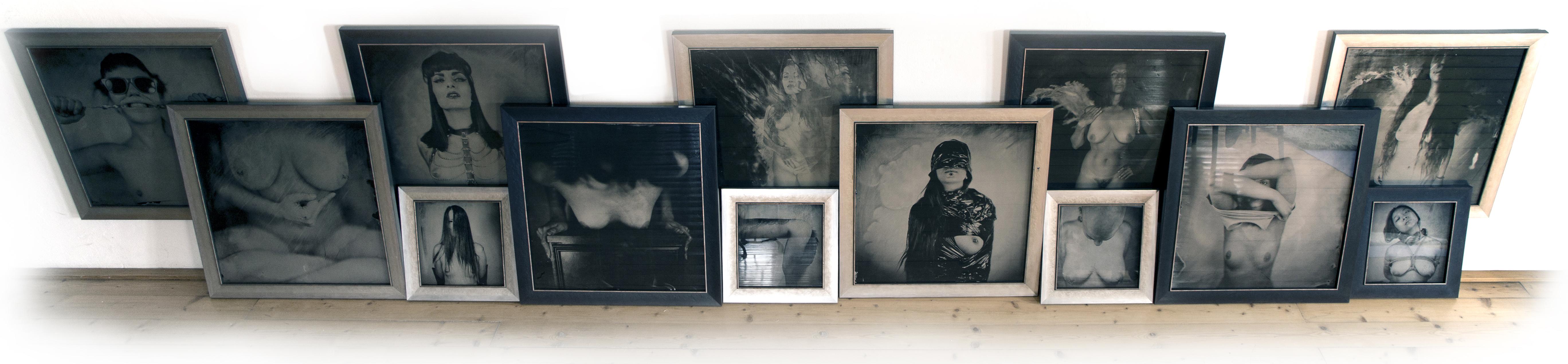 Obrázek s galerií kolodiových obrazů narovnaných u zdi